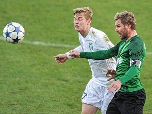 Filip Panák (v bílém) zabojuje o první body nové sezony.