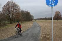 Cyklista na havířovské stezce pro pěší a cyklisty.