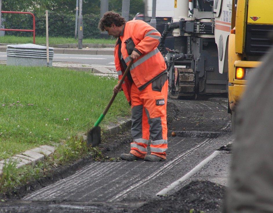Silničáři začali v úterý dopoledne seškrabávat asfalt v ulici K. Sliwky u zimního stadionu. Komunikace dostane po letech nový povrch.