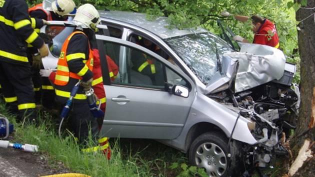 Záchranné práce na místě dopravní nehody.