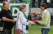 Oslavenec František Straka se dočkal gratulace od karvinských fanoušků.