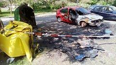 Oheň ze zapálených kontejnerů tentorkát vážně poškodil i automobil zaparkovaný poblíž. Naštěstí nedošlo k jeho výbuchu či jiným nebezpečným situacím.