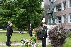 V Karviné u sochy horníka na Univerzitním náměstí se v sobotu konala tradiční pieta za ty, kteří zahynuli při výkonu hornického povolání. Odpoledne se v parku konají hornické slavnosti.
