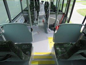Zranění ženy v autobuse šetří policie. Ta prosí o pomoc i případné svědky události.