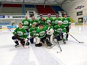 Na ledě havířovského zimního stadionu vsobotu hrály hornické celky. Na snímku tým Dolu Darkov.
