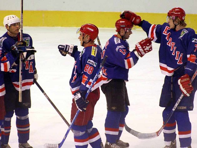 V přípravných zápasech si karvinští hokejisté zkouší vzájemné sehrávání. Někdy to skončí i brankou v soupeřově síti.