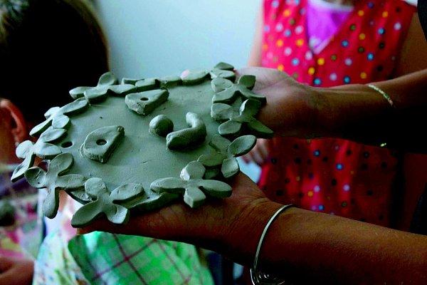 si práci skeramickou hlínou užívaly, idíky tomu se jim výrobky povedly.