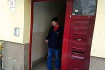 Zloději ukradli vchodové dveře.