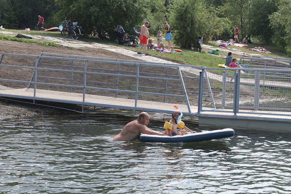 U Vrbického jezera vyrostlo nové molo a přístaviště, kde bude fungovat půjčovna loděk.
