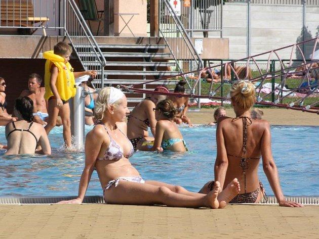 Karvinské koupaliště praskalo v pondělí, kdy teploty šplhaly ke čtyřicítce, ve švech. Řada návštěvníků byla tradičně z Polska.