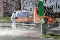 Pracovníci Technických služeb Havířov od pátku dezinfikují mnoho míst ve městě. Vše v rámci snížení rizika přenosu nákazy koronavirem.  Foto: MMH
