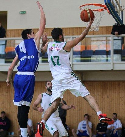 Basketbalisté Karviné (vbílém) podlehli doma Olomouci.