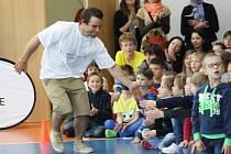 Setkání dětí ze ZŠ Mendelova s olympioniky Hradilkem a Kepkou.