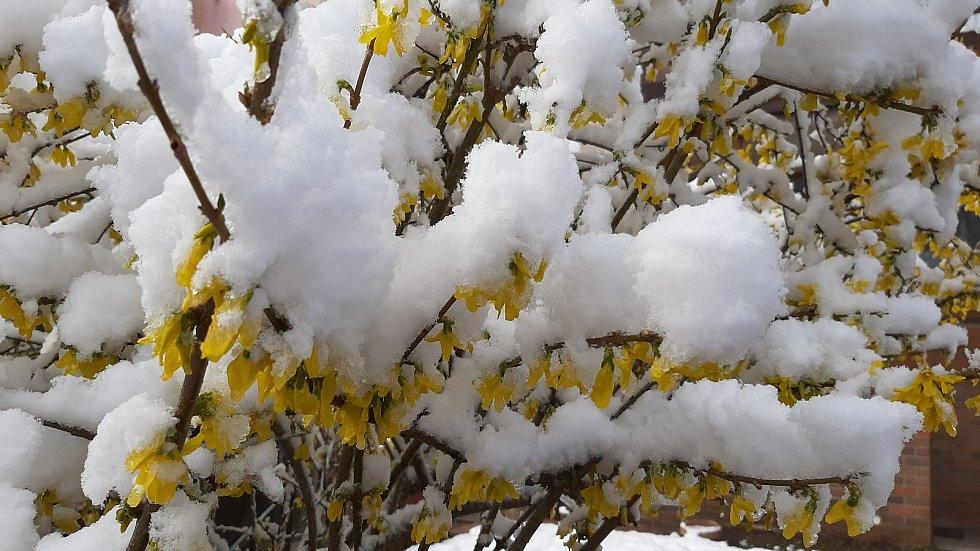 Sněhová nadílka den po Velikonocích v Karviné, 6. dubna 2021.
