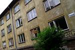 Vybydlený a prázdný bytový dům v Karviné.