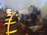 Dvě chatky hořely v úterý odpoledne v karvinském Starém Městě. Na místě zasahovaly tři jednotky hasičů.