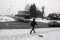 Na této křižovatce je problém vyjet z vedlejší ulice během špičky už dnes. Až opodál vyroste Kaufland, budou už křižovatku řídit semafory.