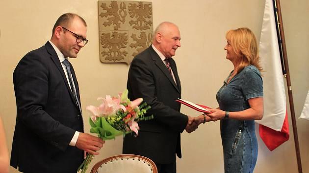 Šéfka lékařského týmu karvinské dětské pohotovosti Lenka Böhmová získala ve středu i Pamětní list Rady města.
