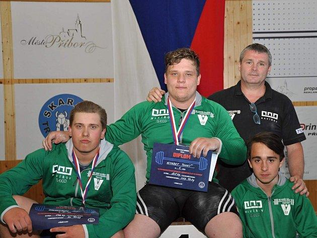 Na snímku Aleš Hackenberg, Tomáš Wykret a Nikolas Brezina (zleva) strenérem Milošem Kopeckým.