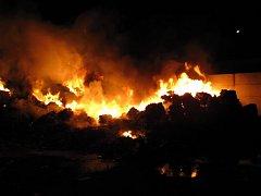 V Bohumíně hořel v noci na neděli sklad plastů. Likvidovalo jej na šest desítek hasičů. Škoda, kterou plameny způsobily přesahuje 800.000 korun.