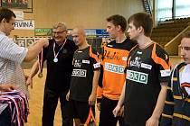 Starší dorostenci na Slovensku Pohár prezidenta nevybojovali. Na snímku jsou při přebírání stříbrných medailí za druhé místo v české lize.