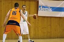 Karvinští basketbalisté (v bílém) odehráli proti Šlapanicím vyrovnanou partii.