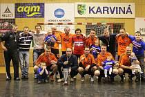 Futsalisté Frisca (v oranžovém) se po výhře nad Realem stali vítězi Karvinské futsalové ligy.