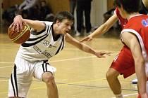 Mladí basketbalisté hrají o udržení v lize.
