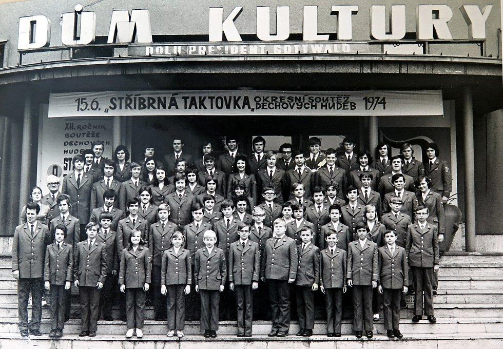Dechový orchestr mladých Dolu Dukla 15. června 1974 na okresní soutěži dechových hudeb Stříbrná taktovka.
