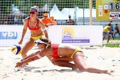 Plážové volejbalistky Martina Jakubšová (dole) a Diana Žolnerčíková z BVK mají za sebou Evropské hry v Baku, sérii světového okruhu i Kontinentální pohár v Litvě.
