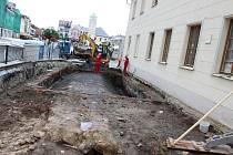 Archeologické pracoviště u fryštátské knihovny zkoumají historici podle počasí, protože v deštivých dnech tyto práce možné nejsou a pracují zde jen stavaři.