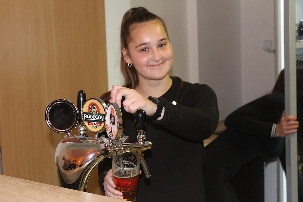 Klub Backstage Dokořán nabízí po celou mimoletní sezonu otevřený kulturní program i příjemné prostředí k posezení.