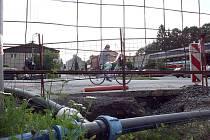 Výkopy.Kvůli výměně vodovodního potrubí jsou ještě k vidění v centru Dolní Lutyně.
