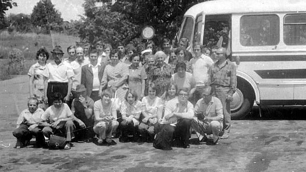 Rok 1973. Zájezd na jižní Moravu. Snímeček do památníku.