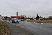 Zákaz vjezdu na Dělnické ulici v Prostřední Suché ignoruje řada řidičů.