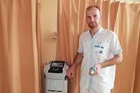 Českotěšínská nemocnice má nový moderní přístroj využívaný pro rehabilitaci. na snímku rehabilitační pracovník Alfréd Heckel.
