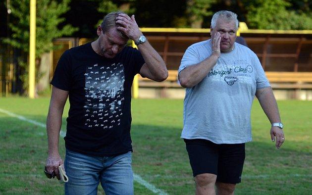 Trenér Těšína Lubomír Luhový (vlevo) odevzdává na konci sezony největší obnos.