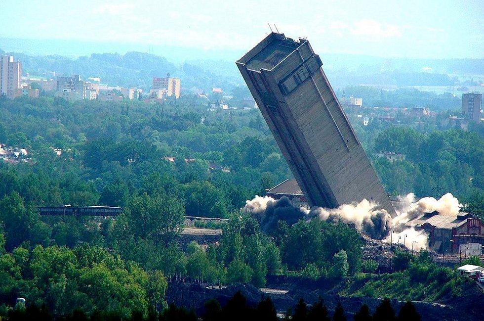 Odstřel skipové věže Dolu Dukla v Havířově.