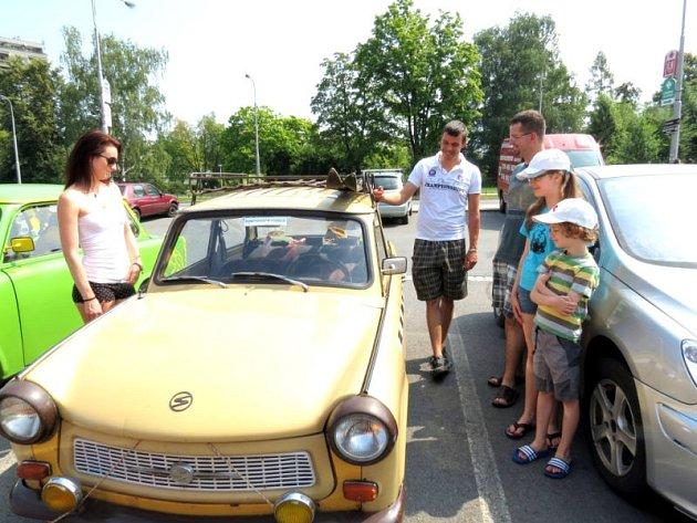 Téměř třicet starých automobilů značky Trabant představil v sobotu dopoledne na náměstí Republiky v Havířově Veterán Trabant klub z Bohumína.