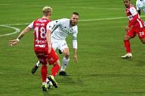V duelu dvou překvapení podzimu vyhrály Pardubice (v červeném) v Karviné.