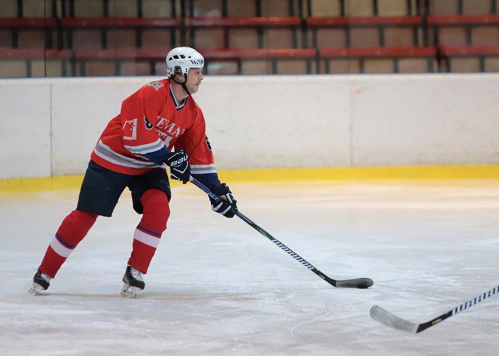 Amatérská hokejová liga na karvinském zimáku.