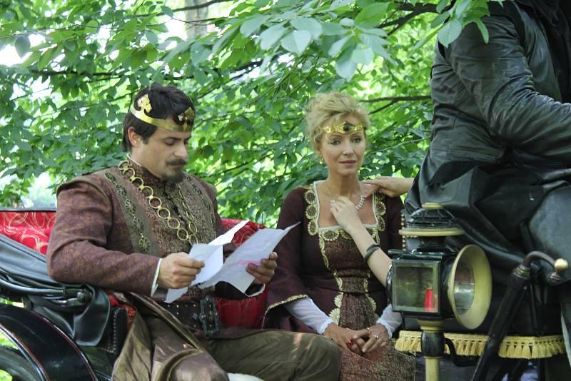 Filmaři natáčejí v těchto dnech na Zámku Fryštát česko-slovenskou pohádku Když draka bolí hlava. Hraje v ní několik známých herců a hvězd českého showbyznysu.