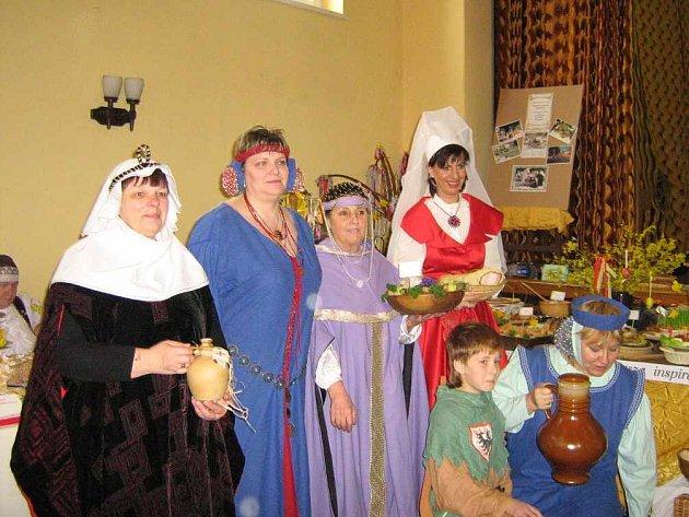 Členky Maryšky soutěžily v dobových kostýmech.
