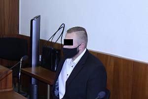 Muž (na snímku z jednání z prosince loňského roku) nakonec odešel s trestem pod spodní hranicí sazby.