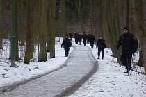 Pátrací akce se zúčastnily desítky policistů, včetně strážníků.