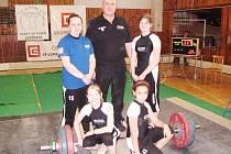 Družstvo juniorek, zleva stojí M. Pokorná, trenér P. Khek, D. Lukáčová, dole L. Pokorná a M. Bijoková.