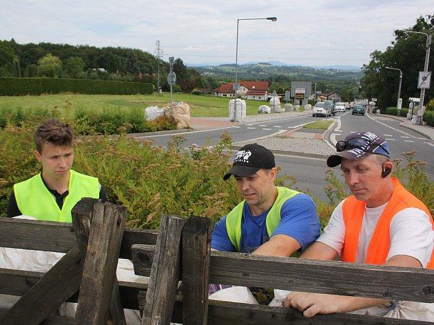 Stavba tratě pro motocyklové závody o Havířovský zlatý kahanec na Těrlickém okruhu.