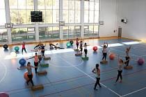 O program při slavnostním otevření nové tělocvičny se postaraly studentky gymnázia.