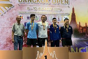 Ivan Karabec (v bílém tričku) v Bangkoku vyhrál.