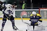 Havířovští hokejisté (v bílém) uspěli ve vyrovnaném zápase v Šumperku.